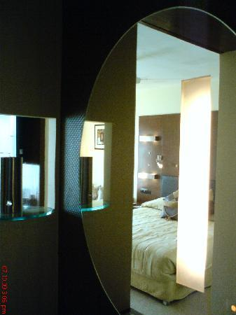 The Metropole Hotel: mirror with light so u can c ur face clearly - innovative
