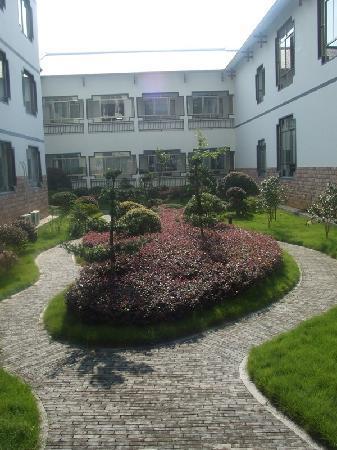 Zhuanjiacun Hotel: rear garden