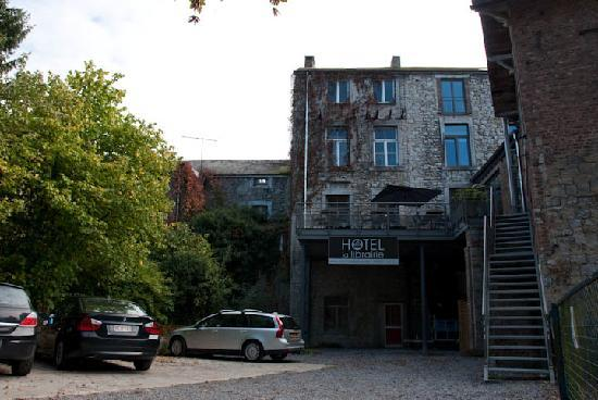 Hotel La Librairie: The back side and parking of the hotel
