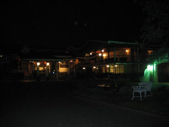 El Rodeo Estancia Boutique Hotel & Steakhouse: El Rodeo at night