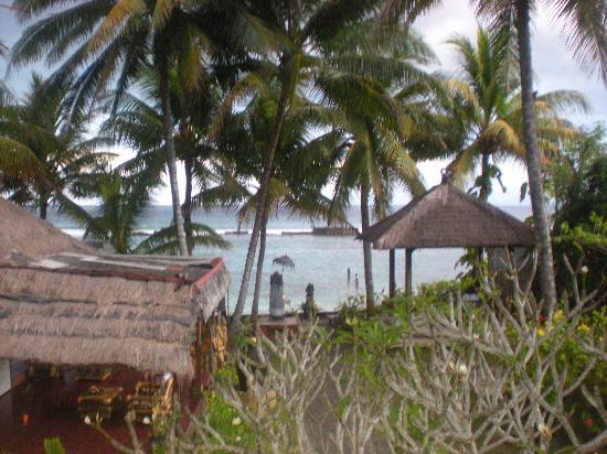 Anom Beach Inn Bungalows: Uitzicht vanuit de jineng