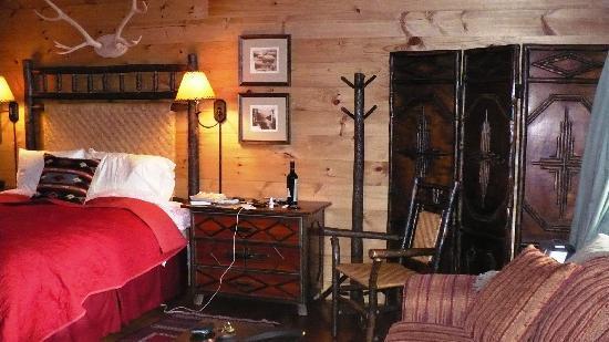 Dartbrook Lodge : Beautiful bedroom with wonderful Adirondack furniture