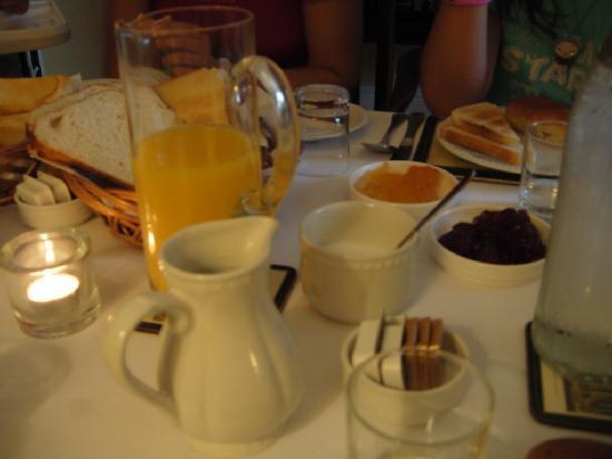 Tinode House: La colazione continentale