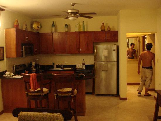 Club Del Cielo: kitchen