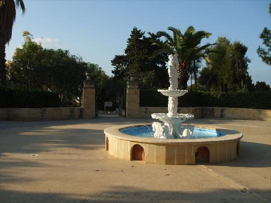 The Phoenicia Malta: Courtyard and fountain
