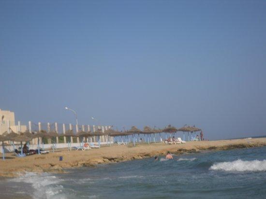 Kheops Dolce Vita : la mer tout près de l'hôtel sécurisé par un chemin  fleuris