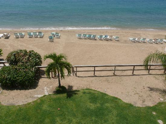 Villa Cofresi Hotel: The beach is foot steps from the hotel