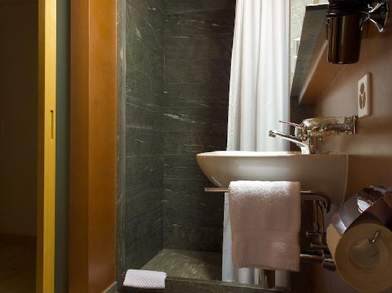 Hotel Alpina Vals: Bathroom