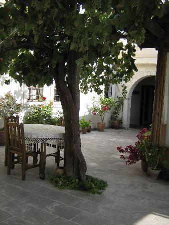 Aravan Evi Boutique Hotel: Courtyard at Aravan Evi