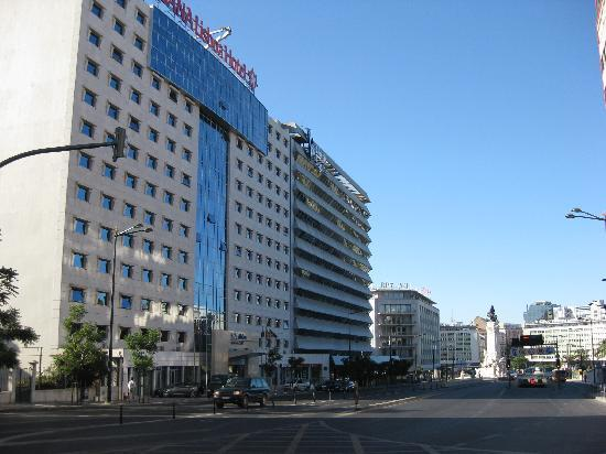 SANA Lisboa Hotel: Front of hotel -Marques de Pombal square in background