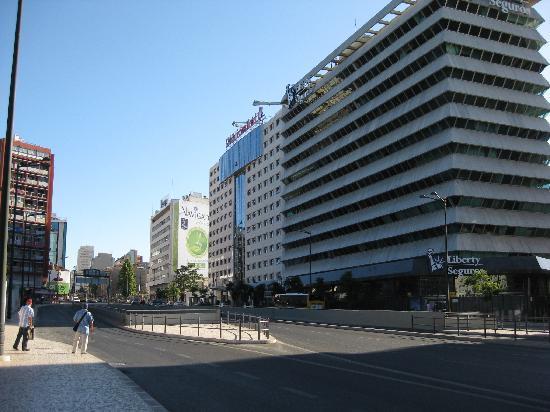 SANA Lisboa Hotel: Front of hotel from the bus stop (Aerobus)