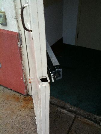 Hotel M, Mount Pocono: 2nd pic of broken back door