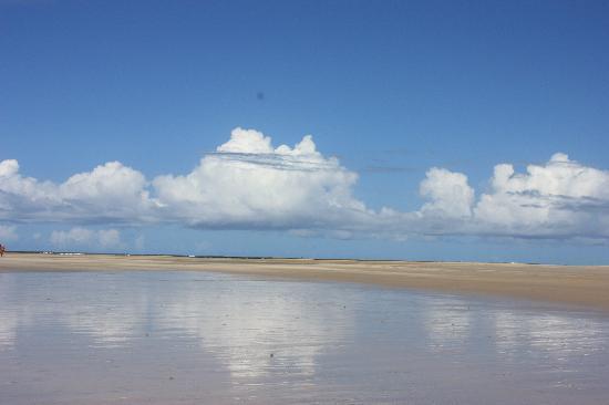 Xales de Maracaipe Pousada: The beach in front of the Xales.