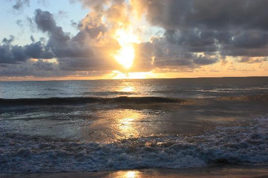 Xales de Maracaipe Pousada: Sunrise at the Xales.