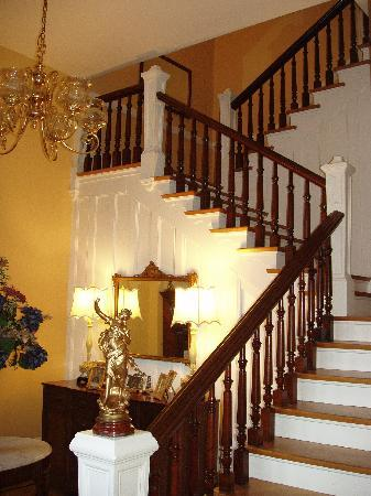 Dupont Mansion B&B: Staircase from foyer
