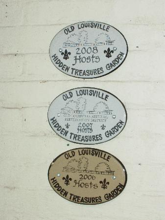 Dupont Mansion B&B: back door plaques