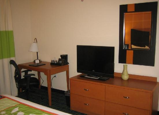 Fairfield Inn & Suites Verona : Desk area