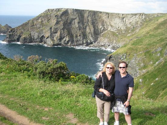 Bossiney House Hotel: Used our self timer to check this photo while on our coast walk.  Gorgeous!