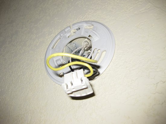 Clarion Hotel & Conference Center North Atlanta: I feel real safe with a smoke-detector - or a mangled mess of wires.