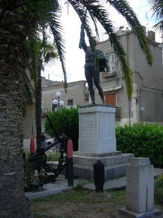 Venosa, Italia: Il monumento ai Caduti di tutte le guerre. Piazza Castello