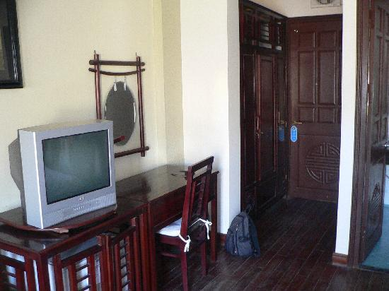 An Huy Hotel: opposite beds room 201 and wardrobe entrance
