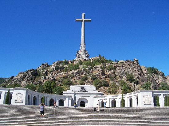 Valle de los Caídos: This is the cross and the Cathedral built inot the mountain.