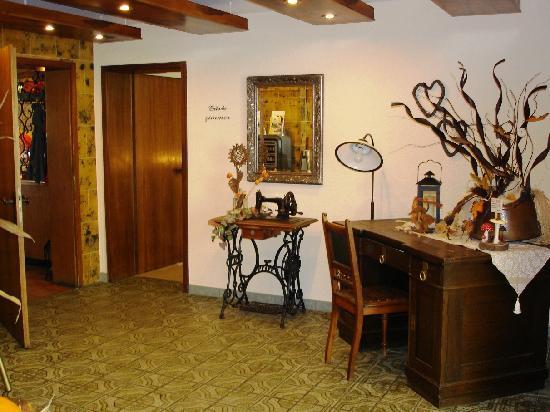Landgasthof Freiberger: rustikale Eingangsdiele, seitl. Aufgan zu den Zimmern