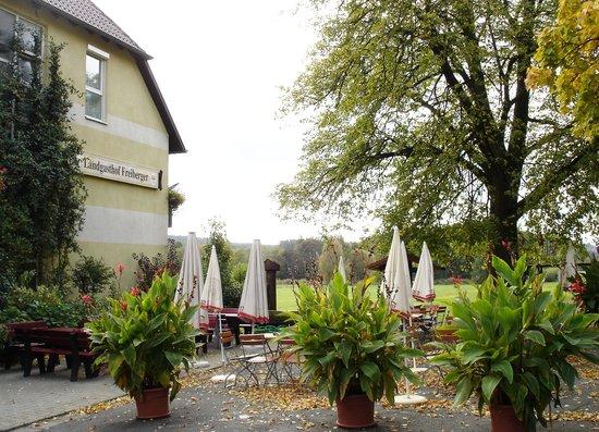 Landgasthof Freiberger: Blick vom Parkplatz aus den Eingangsbereich