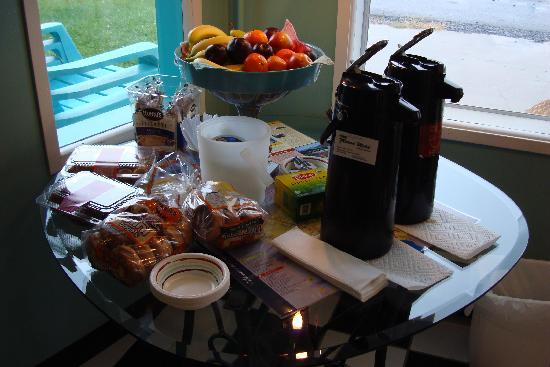 Miami Resort Motel: Incredible breakfast spread!