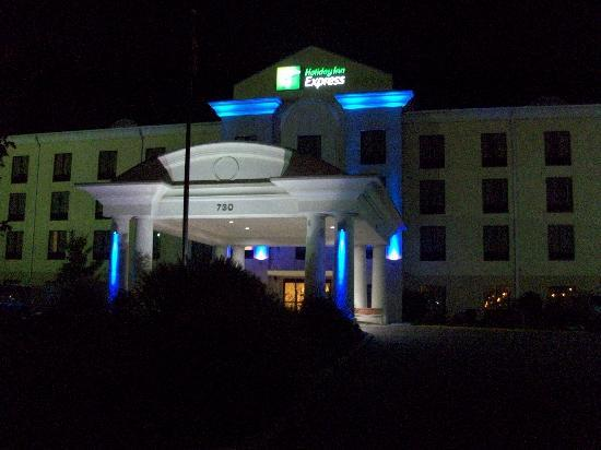 Holiday Inn Express Knoxville Strawberry Plains: The Hotel at Night..