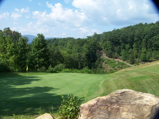 Traphill, Carolina del Norte: Hole 3 clings to the side of the mountain...