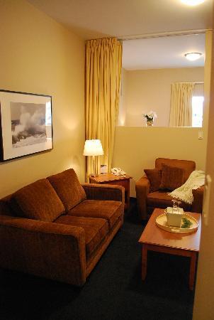 Hotel Le Navigateur: La partie ''Salon'' avec à l'arrière du mur la partie ''Chambre'' et les rideaux d'intimité