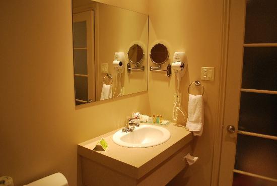 Hotel Le Navigateur: La salle de bain (vue du bain)