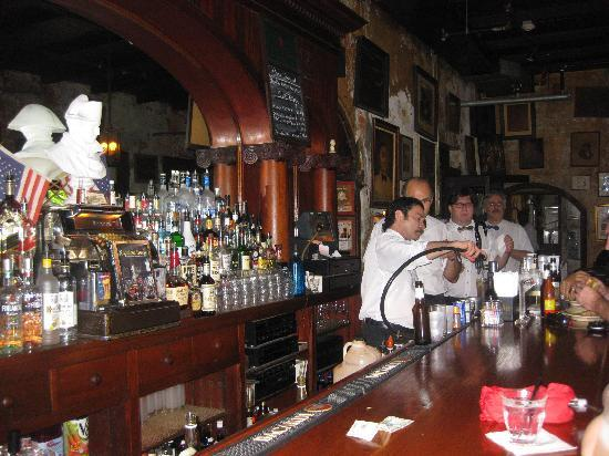 Νέα Ορλεάνη, Λουιζιάνα: The Napoleon House in the Quarter for a Pimm's Cup