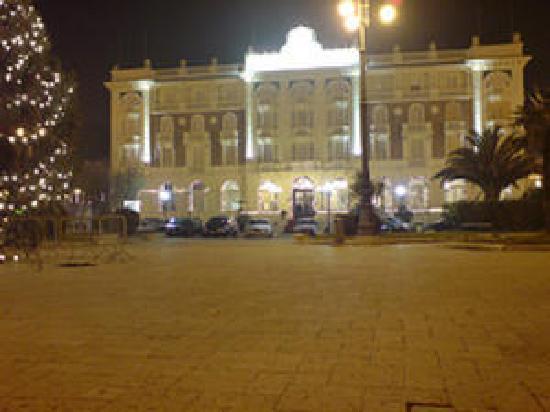 Grand Hotel Cesenatico: Facciata di notte