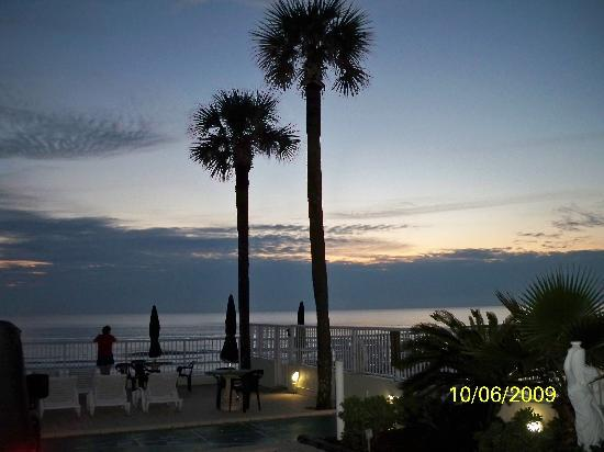 Atlantic Ocean Palm Inn: Sunrise from the patio at the motel