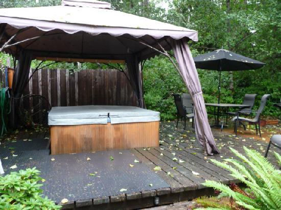 Sea Star Beach Retreat: The hot tub on a rainy day...