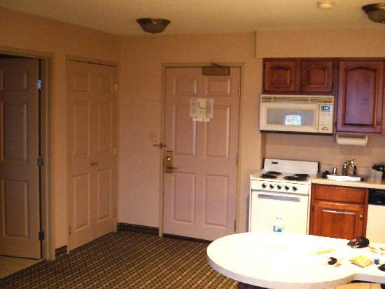 Holiday Inn & Suites Milwaukee Airport: kitchenette