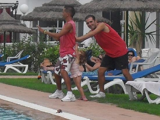 Hotel Bel Air: David and Yazmin trying 2 push Anis in the pool