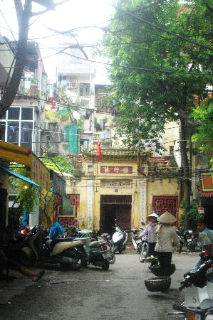 Hanoi Old Centre Hotel: street where hotel is located