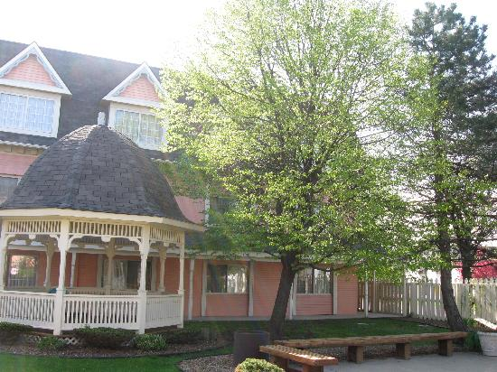 BEST WESTERN Greenfield Inn: Photo of the exterior with one of the gazebos