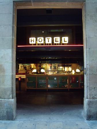 Casa Camper Hotel Barcelona: Casa Camper Entrance off laneway to Las Ramblas