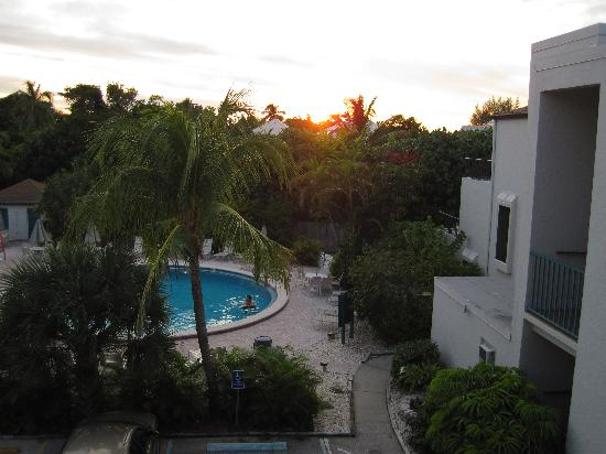 Lighthouse Resort & Club: Sunset over the pool