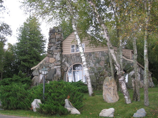 Charlevoix, MI : The Boulder Manor