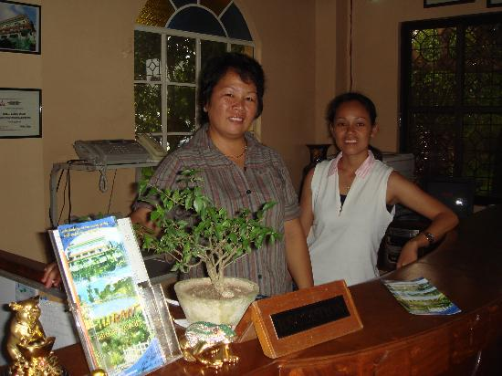 Biliran Garden Resort: レセプション 左はマネージャーの女性