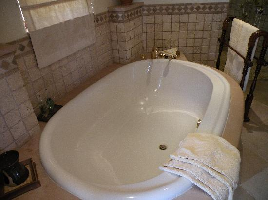 Al Maha, A Luxury Collection Desert Resort & Spa : Tub