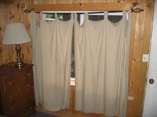 Belknap Hot Springs Lodge and Gardens: Torn curtains, bent rod, bugs all over