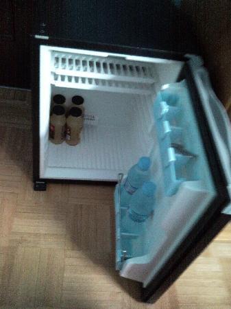 Hotel Don Manuel: Surtidísimo minibar: agua y zumo