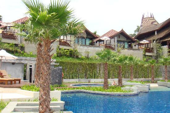 Nora Buri Resort & Spa : villas above pool