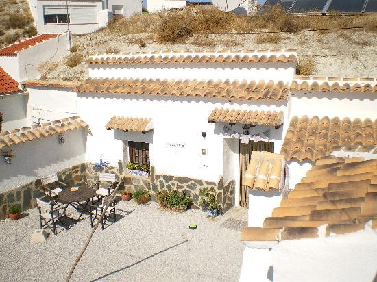 Cueva Pedro: Courtyard from sun terrace